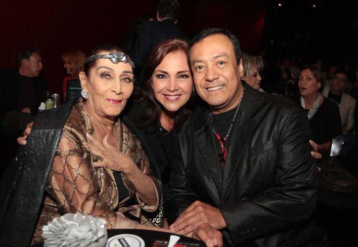 Irma Dorante (i) acudió a un homenaje que le rindieron a la primera actriz Beatriz Aguirre por 70 años de trayectoria; le acompañan Aída y Carlos Cuevas. (Notimex)