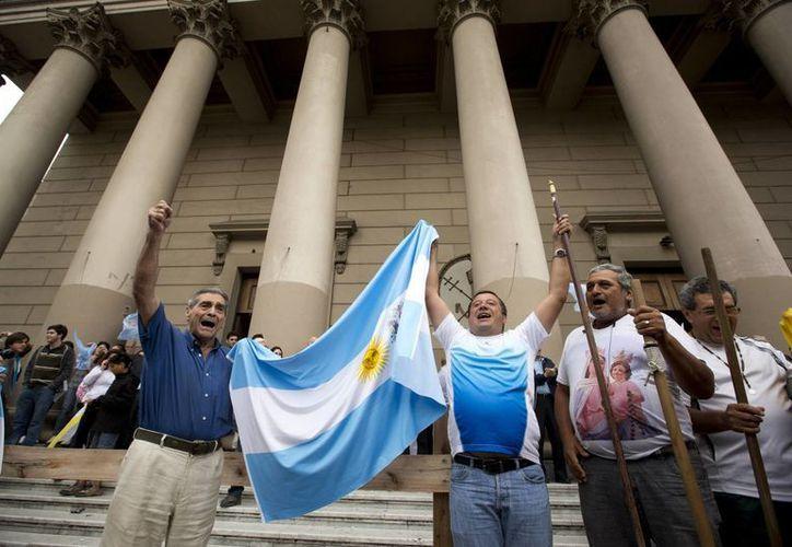 Católicos argentinos a las puertas de la catedral de Buenos Aires. (Agencias)