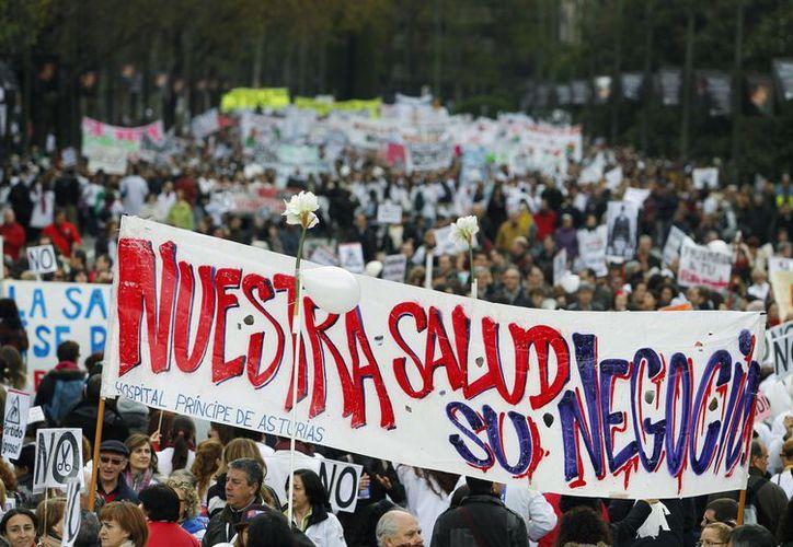"""La marcha fue llamada """"marea blanca"""" por las batas de muchos médicos y enfermeras que se sumaron a ella. (Agencias)"""