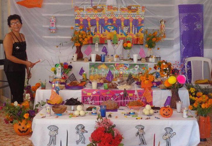 Las personas que acuden a la estancia participaron en este festejo colocando los altares y disfrutando de los tamales y mucbipollos. (Redacción/SIPSE)
