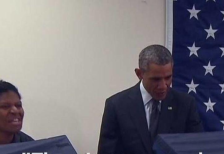 Aia Cooper (izq) se disculpó con el presidente Obama por el comentario que le hizo su novio Mike Jones.(YouTube)