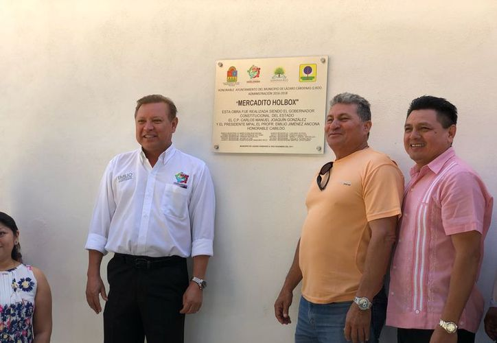 Las autoridades inauguraron el mercado municipal de la isla. (Raúl Balam/SIPSE)