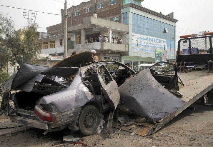 Así quedó el auto del jefe distrital afgano Noor Agha Kamran tras el atentado que le arrebató la vida. (EFE)
