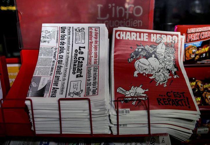 Diversos ejemplares de Charlie Hebdo son puestos a la venta en la estación de tren Gare du Nord en París, Francia. (EFE)