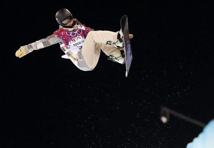Kaitlyn Farrington durante la prueba clasificatoria de halfpipe de snowboard femenino en el parque Rosa Khutor de Krasnaya Polyana, Rusia.(EFE)