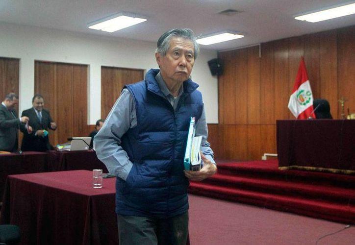 El expresidente de Perú, Alberto Fujimori, quien fue internado de emergencia en un hospital, está acusado de corrupción y violación de derechos humanos;la imagen es del 25 de agosto, durante la audiencia del juicio en su contra. (Archivo/Efe)