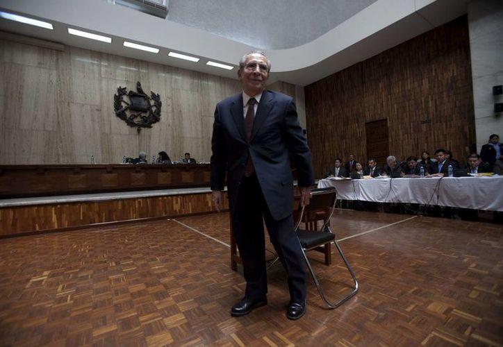 El general retirado José Efraín Ríos Montt se para tras abstenerse de declarar ante la jueza del Tribunal A de Mayor Riesgo de Guatemala, Jazmín Barrios. (EFE)