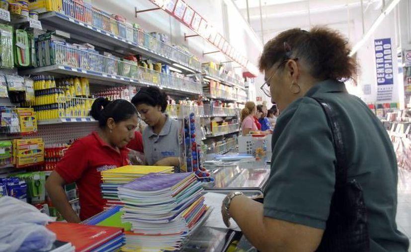 La Profeco garantiza que no se den prácticas indebidas ni abusos en el mercado local en este regreso a clases. Imagen de una compradora en un establecimiento del centro de Mérida. (Milenio Novedades)