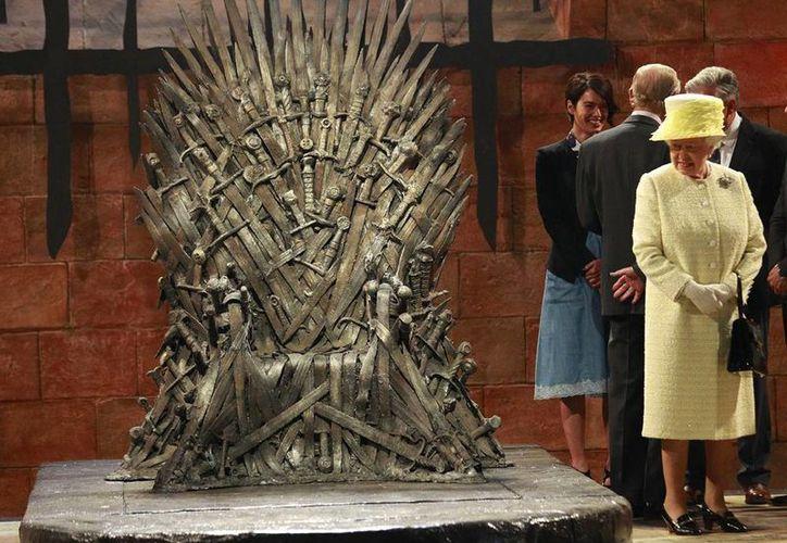 A diferencia de otros visitantes al set de 'Games of Thrones', la reina Isabel II no quiso sentarse en el trono de los Siete Reinos porque le pareció incómodo. (AP)