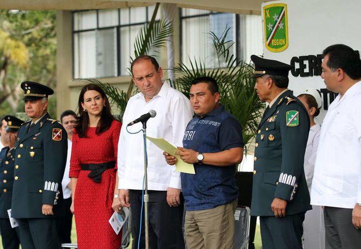 El sargento primero de infantería Efraín Hernández Chablé, al recibir el reconocimiento por su valor al enfrentar al crimen organizado. (Milenio Novedades)