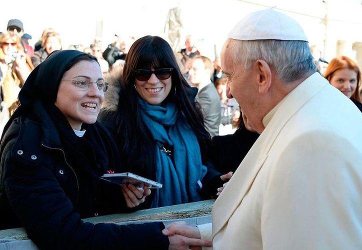 Sor Cristina Scuccia estrechó la  mano del Papa Francisco, mientras le extendía un regalo especial: el CD en el que la monja ganadora del reality show The Voice... canta 'Like a Virgin', un éxito de Madonna. (AP)