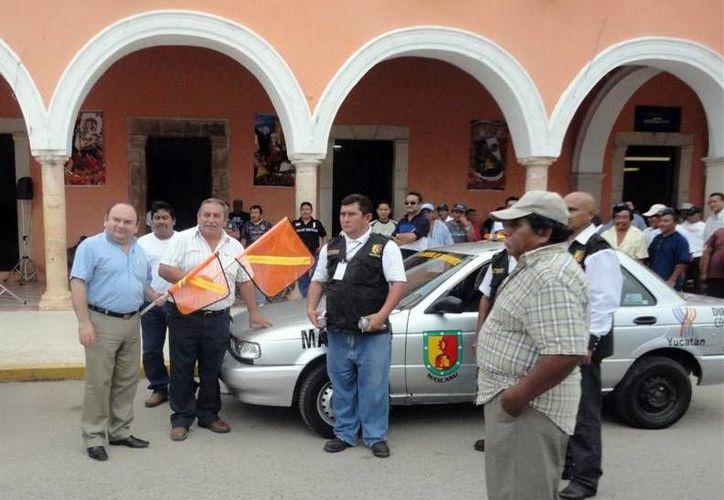 Autoridades entregaron una patrulla y credenciales a inspectores. (SIPSE)