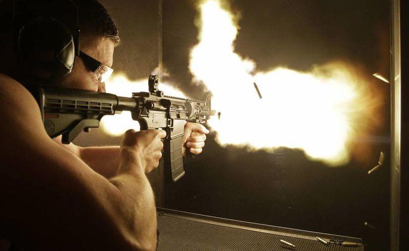 Simon Winson, de Manchester, Inglaterra, dispara una ametralladora automática en el campo de tiro Machine Guns Vegas. (Agencias)
