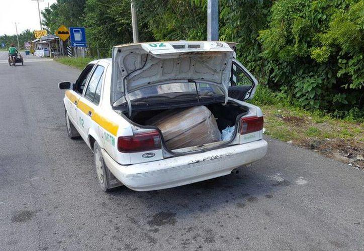 El vehículo en el que era trasladado el cargamento, es un Nissan, tipo Tsuru. (Redacción/ SIPSE)