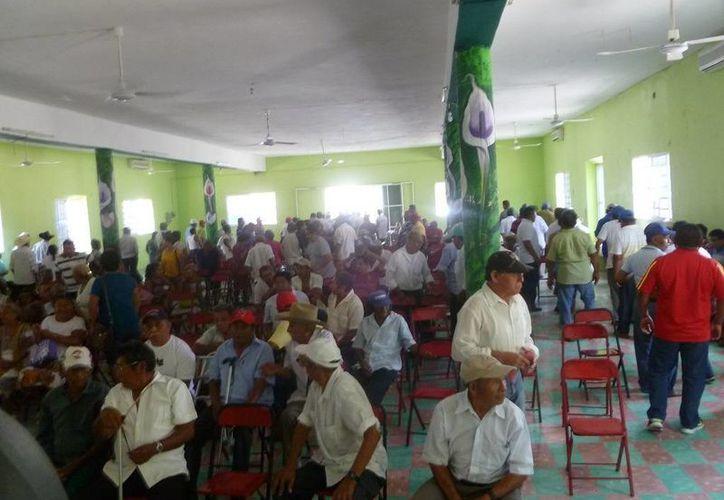 El comisario ejidal realizó una reunión en las instalaciones del club social ejidal. (Raúl Balam/SIPSE)