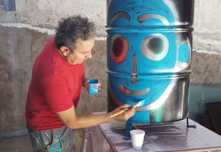 El pintor plasma sus obras en botes de basura. (Jocelyn Díaz/SIPSE)