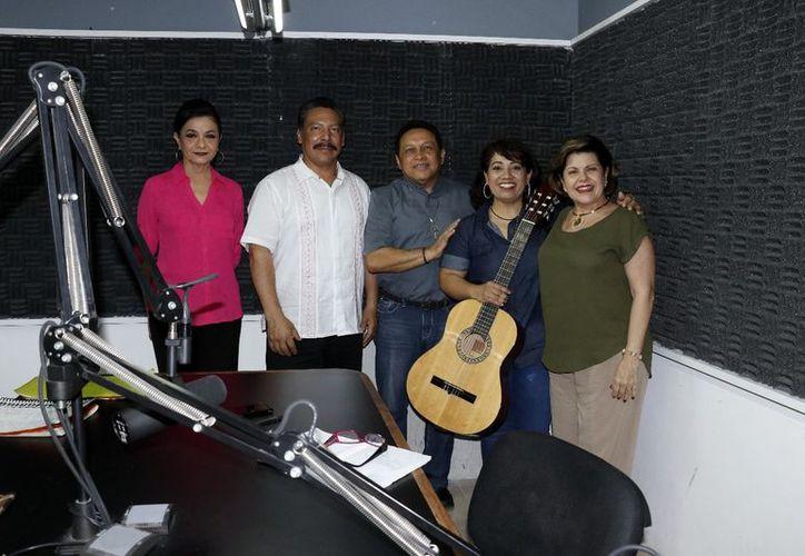 Mary Liz Escalante, Juan Martínez, el padre Miguel Medina Oramas, Gema Anaya y Alis García. (Foto: José Acosta/Milenio Novedades)