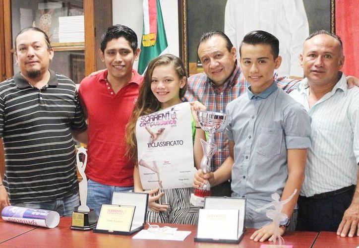 Los jóvenes bailarines yucatecos con Roger Metri (c), titular de Sedeculta.