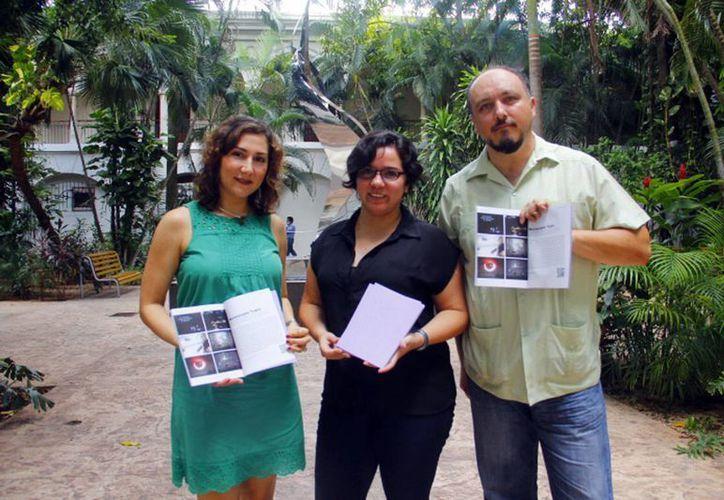 Aída Barreda (centro), organizadora del primer Conversatorio de Arte, acompañada de dos integrantes de Murmurante Teatro. (Milenio Novedades)