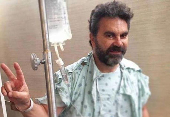 El cantante Manuel Mijares publicó una foto donde se le ve caminando en el hospital, días después de una cirugía en la columna que le realizaron. (Instagram oficialmijares)