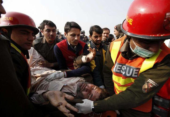 El atentado suicida reivindicado por los talibanes se registró junto a un control policial en Peshawar, en el noroeste de Pakistán. (EFE)