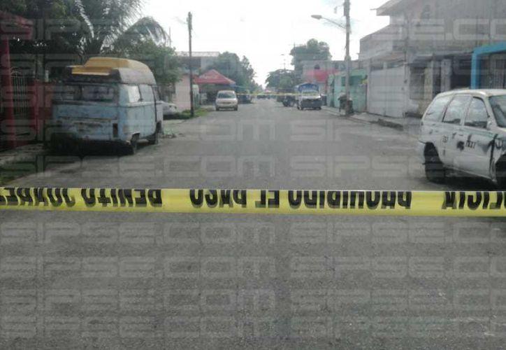 Vecinos de la zona indican, que la persona ejecutada es presuntamente conocida como 'el aretes'. (Orville Peralta/ SIPSE)