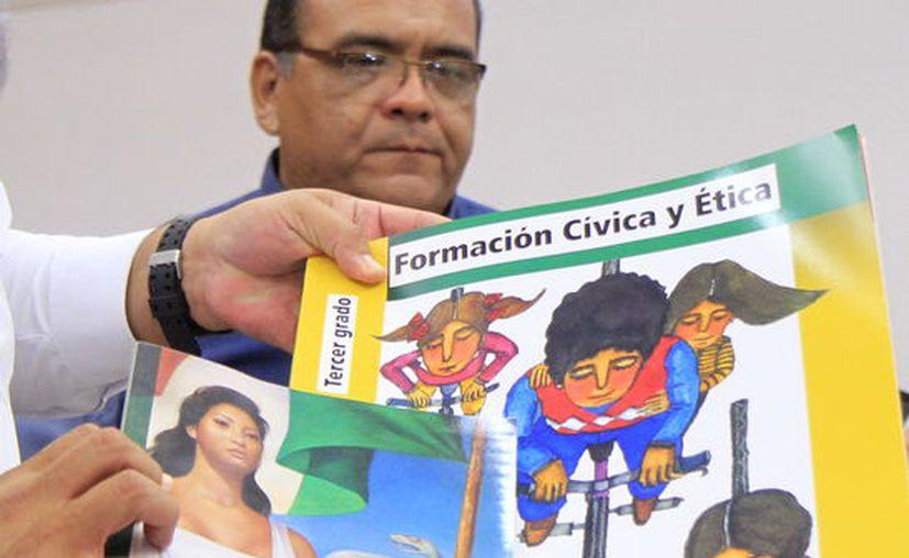 Presentan los nuevos libros de texto, se entregarán el próximo lunes 28 a los estudiantes. (Foto: Milenio Novedades)