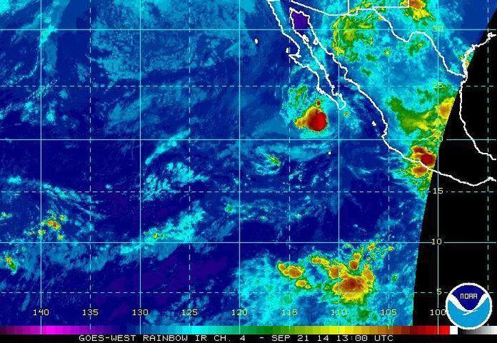 Hasta las 07:00 horas la tormenta 'Polo' (círculo rojo) continuaba su movimiento hacia el oeste-noroeste a 11 kilómetros por hora. (ssd.noaa.gov)