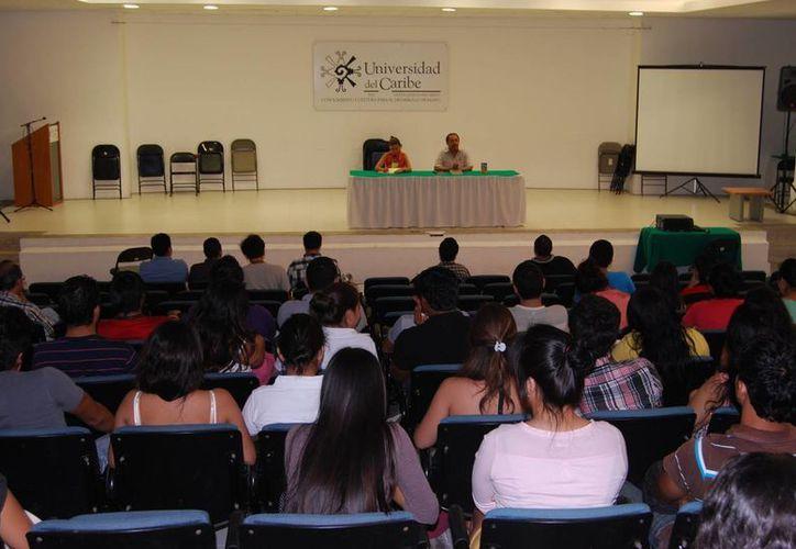 Desde las 14 horas se recibieron más de 20 libros para intercambiar entre compañeros estudiantes y público en general. (Tomás Álvarez/SIPSE)