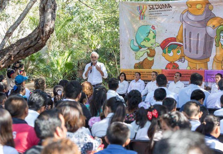 El secretario de Desarrollo Urbano y Medio Ambiente, Eduardo Batllori Sampedro, encabezó la entrega de certificaciones ambientales para 14 primarias y una secundaria de Yucatán. (Foto cortesía del Gobierno)