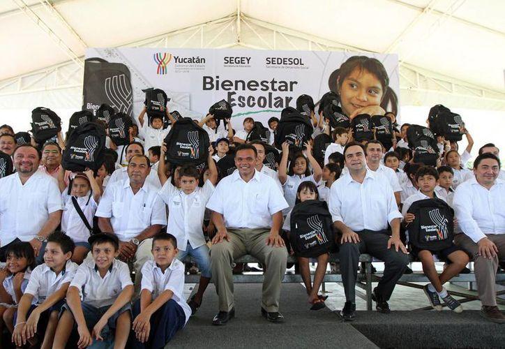 Ayer, el gobernador Rolando Zapata encabezó la entrega de útiles escolares y mochilas a niños de primarias publicas, en el parque del Fracc. Vergel III. (Cortesía)