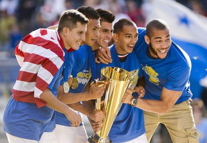 Miembros de la selección de fútbol de Estados Unidos celebran tras lograr su quinto título de la Copa Oro de la Concacaf en la duodécima edición del torneo. (EFE)