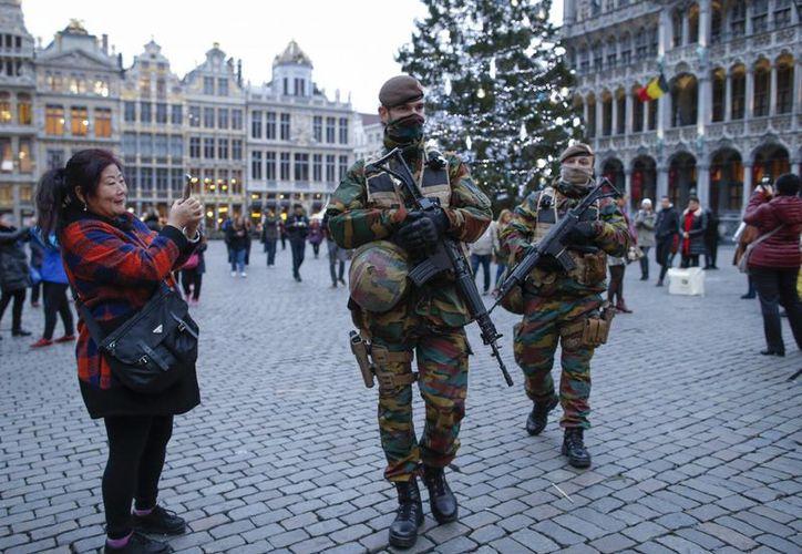 La Policía belga detuvo a dos personas sospechosas de planificar un atentado. Soldados patrullan en un mercado navideño en Bruselas, Bélgica. (Archivo/EFE)