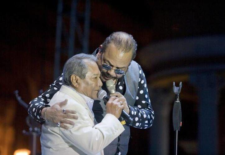 El músico yucateco Armando Manzanero fue elegido por el Congreso de Yucatán para recibir la Medalla Héctor Victoria. En esta foto, Manzanero aparece abrazado por el cubano Francisco Céspedes. (Notimex)