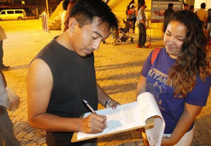 La jornada de las firmas durante el evento en el parque de Las Palapas. (Jesús Tijerina/SIPSE)
