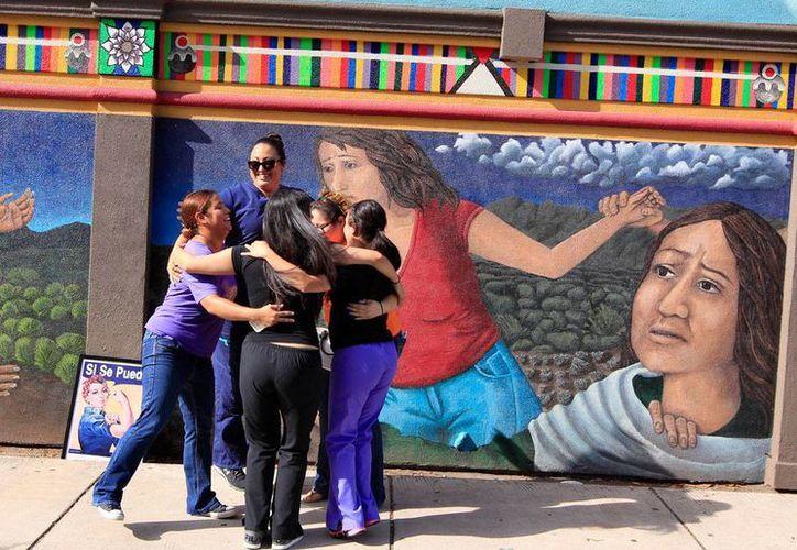 Integrantes del grupo Salud Integral de las Mujeres celebran frente a un mural, en McAllen, Texas, el fallo de la Suprema Corte de Justica sobre el aborto, el lunes 27 de junio de 2016. (Foto: Nathan Lambrecht/The Monitor vía AP)
