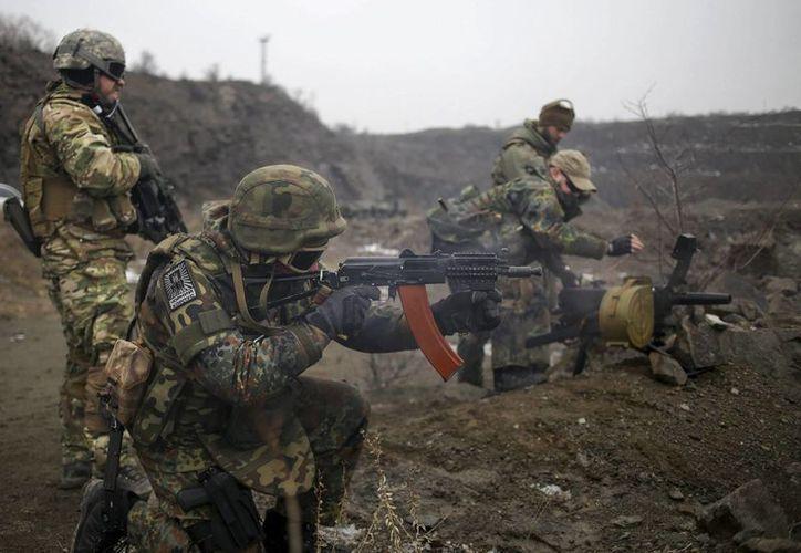 """Miembros del batallón de voluntarios """"Azov"""", que participa en la defensa de la ciudad junto a las fuerzas de Kiev, durante un entrenamiento militar en Donetsk, Ucrania. (Archivo/EFE)"""
