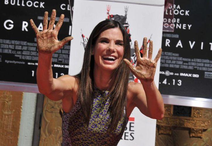 La actriz firmó en el cemento fresco y plasmó las huellas de sus manos. (Agencias)