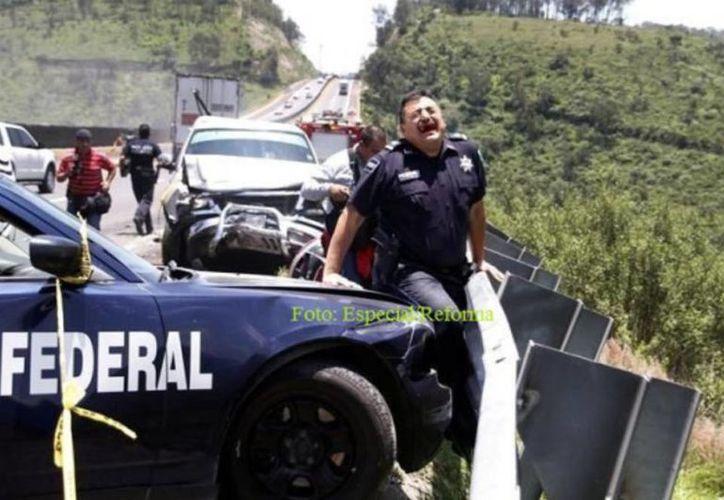 El oficial yucateco quedó atrapado entre la patrulla y el muro de contención al ser impactado por un tráiler en la autopista Chamapa-Lechería, en Atizapán. (Reforma)