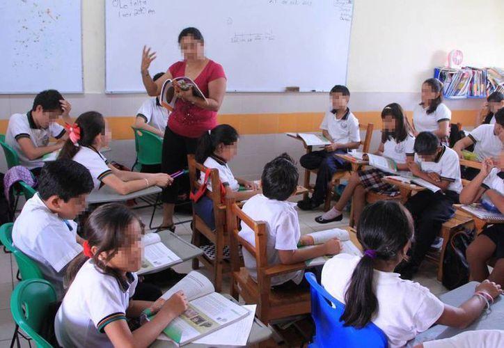 Victor Caballero reconoció la labor que las maestras del estado llevan al cabo todos los días y exhortó a seguir trabajando en materia de igualdad y equidad. Imagen de una maestra en un salón de clases. (Archivo/SIPSE)
