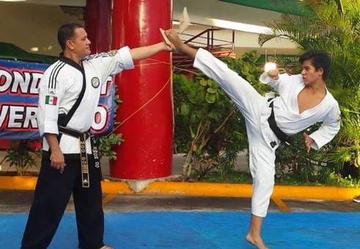 El examen práctico incluyó formas (secuencia de movimientos de defensa y ataque), así como combate y rompimiento de tablas. (Ángel Mazariego/SIPSE)