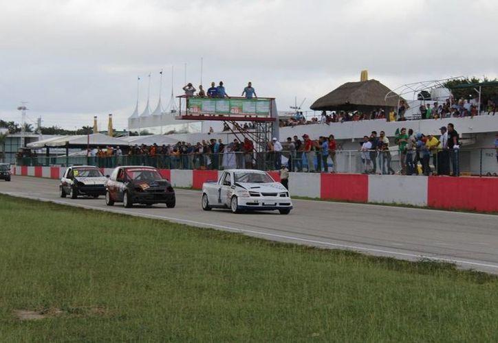 Intensa jornada se vivió en el Autódromo de Cancún para definir a los tres mejores del Campeonato Sipse 2016. (Raúl Caballero/SIPSE)
