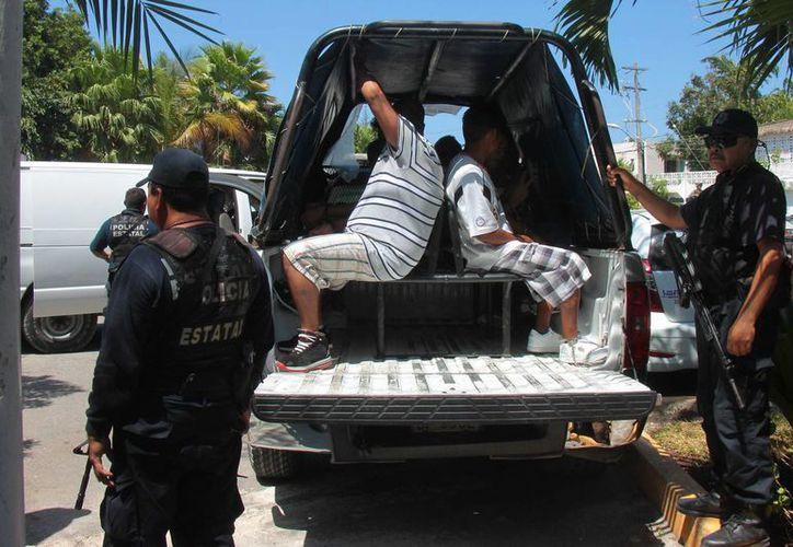 Un grupo de reos de Cozumel fue trasladado ayer a un juzgado en medio de un fuerte operativo de seguridad. (Gustavo Villegas/SIPSE)
