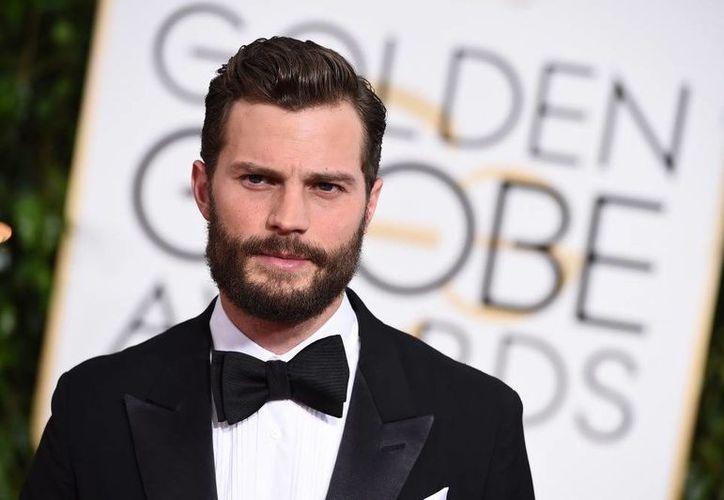 Jamie Dornan a su llegada a los Globos de Oro. El actor afirma estar contento con el trabajo que realizó en la cinta Cincuenta sombras de Grey. (Agencias)