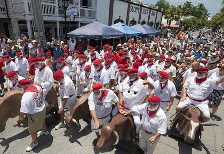 En Florida se recuerda al escritor Ernest Hemingway con un paseo de toros de plástico y cartón. (miami.cbslocal.com)