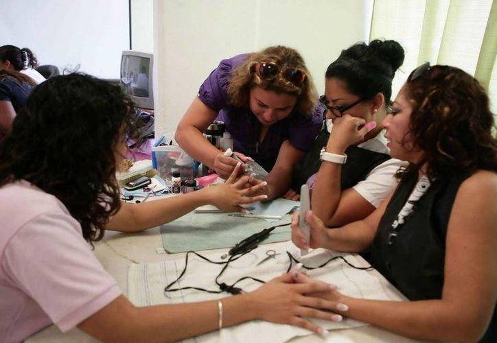 Los tres cursos se impartirán en Cancún con el fin de que las mujeres generen sus propios ingresos. (Redacción/SIPSE)