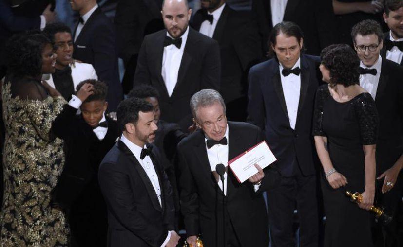 Instante preciso en que Warren Beatty acepta que existió una equivocación al momento de mencionar a la Mejor Película en los Premios Oscar 2017. (AP)