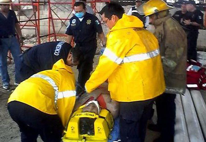 La estructura que construían los trabajadores colapsó resultando ocho de ellos lesionados. (SIPSE)