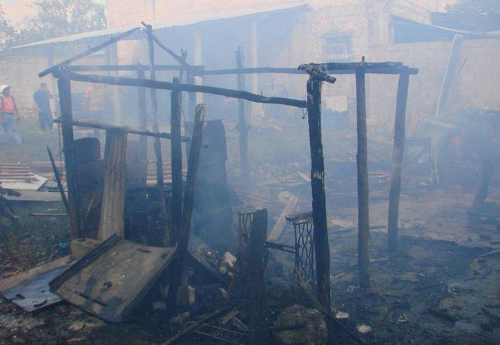 La casa de material de la región fue consumida por las llamas con el anciano adentro. (Manuel Salazar/SIPSE)