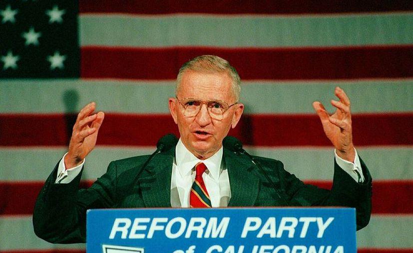 Foto de archivo del 1 de junio de 1996, el multimillonario H. Ross Perot habla en la convención de California del Partido Reformista. (AP Foto/Reed Saxon, File)